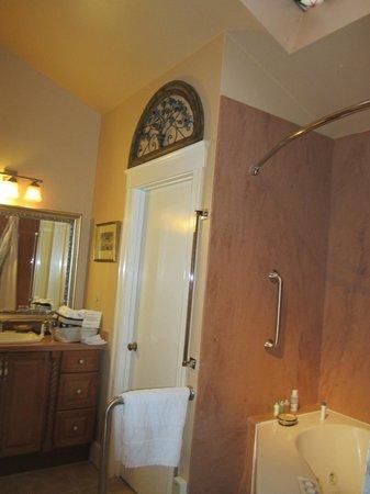 Union Street Inn: cottage room bathroom area