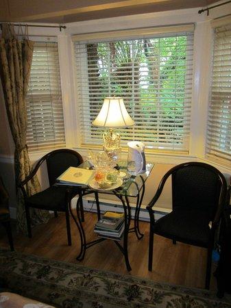 Union Street Inn: cottage room sitting area