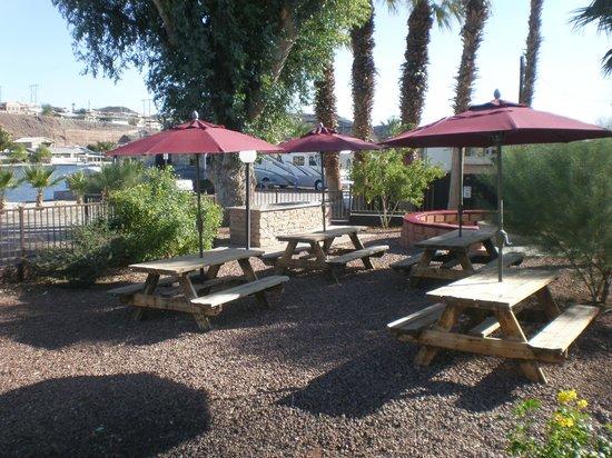 Riverland Resort : Picnic Tables
