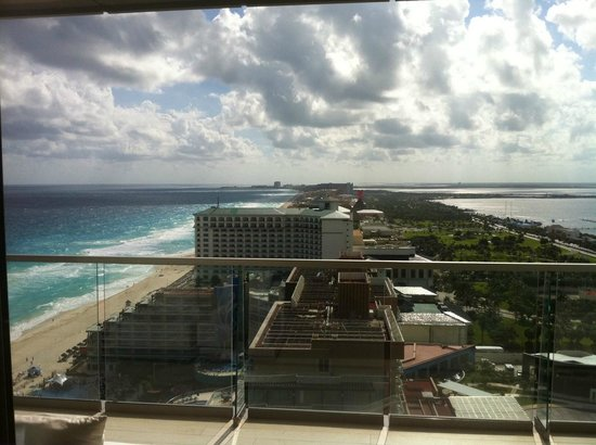Secrets The Vine Cancun : Caribbean on one side, lagoon on the other!