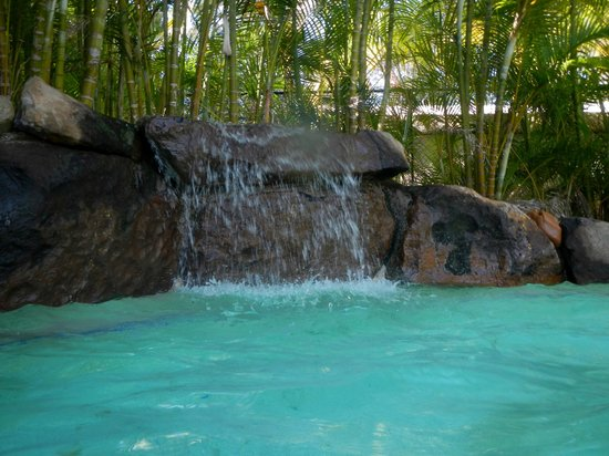 BIG4 Tweed Billabong Holiday Park: The lovely waterfall in the pool makes for a relaxing holiday :)