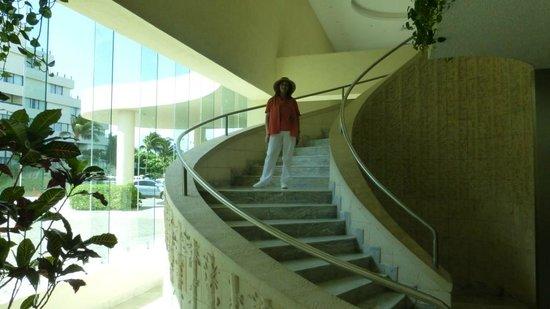 Park Royal Cancun: Escalera en el Lobbi
