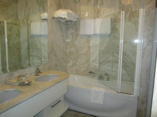Foscari Palace: Bathroom in our suite
