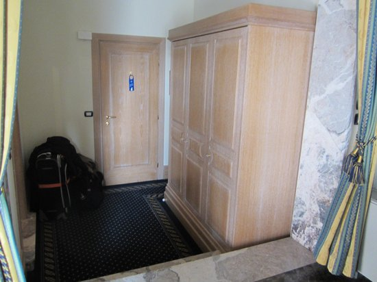 Foscari Palace: Large armoire in alcove inside the suite