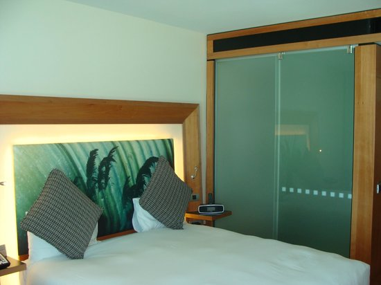 Novotel Auckland Airport: Privacy screen closed