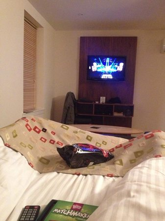 Holyrood apartHOTEL: Watching TV in bed