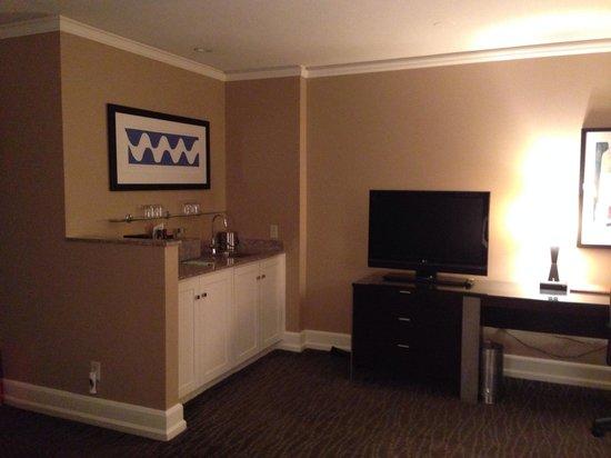 Hotel Andra: king room dinette area