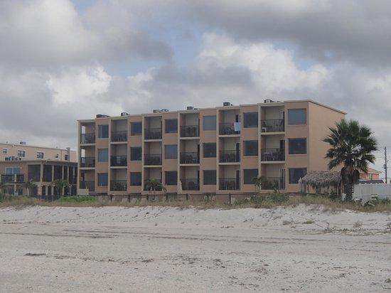 Belleair Beach Club: Hotel from beach