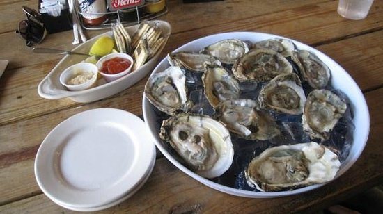 Swampy's Bar & Grille: Swampy's order of a dozen oysters