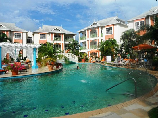 Bay Gardens Beach Resort: Pool area w hottub in centre
