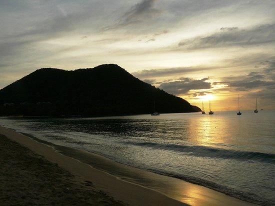 Bay Gardens Beach Resort: Sunset at Resort Beach Bar