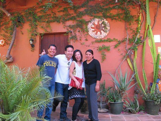 Hostal Casa del Sol Oaxaca: Photo with friendly staff 2
