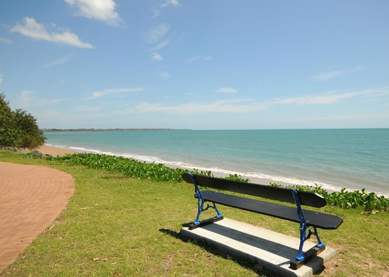 Riviera Resort: Across the road from Hervey Bay's best beach