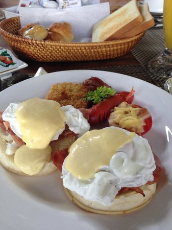 Lumbini Luxury Villas and Spa: egg benedict with bakery
