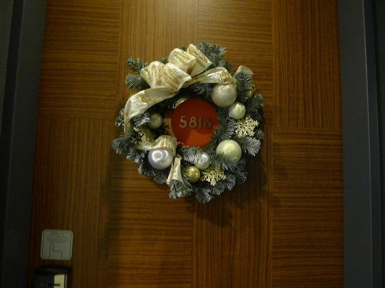 Sunroute Plaza Tokyo : Christmas decor at door