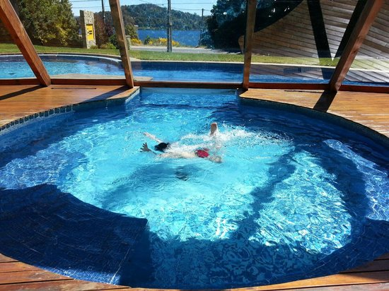 Rochester Hotel Bariloche : Disfrutando de la piscina.