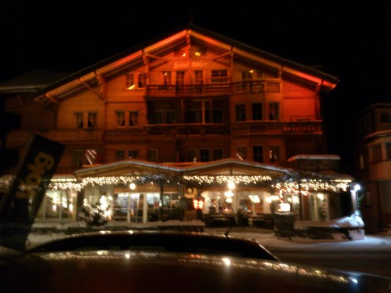 Kandersteg - Chalet-Hotel Adler - view from the street by night