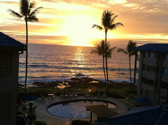 Kona Reef Resort: Sunset as ssen from the private balcony of the room