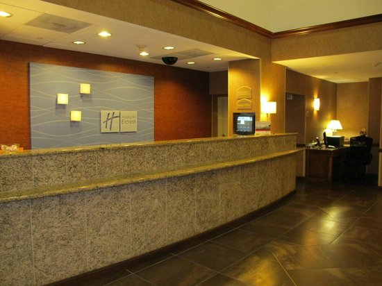 Holiday Inn Express Hotel & Suites Irving North-Las Colinas: reception desk and business center