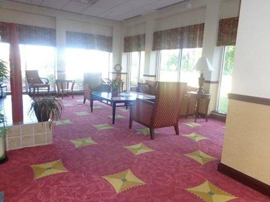 Hilton Garden Inn Starkville: sitting area near lobby