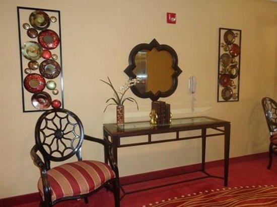 Hilton Garden Inn Starkville: hallway table and decor...nice!