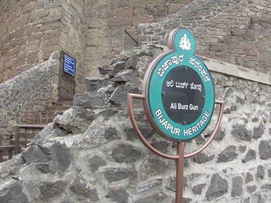 Uppali Buruz : Upali Buruz entrance to the steps