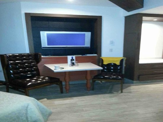 Heaven at the Hard Rock Hotel Riviera Maya: TV and dining table