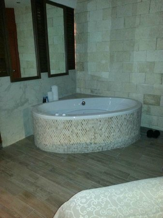 Heaven at the Hard Rock Hotel Riviera Maya: jacuzzi tub