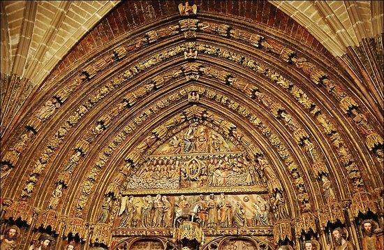 Iglesia de Santa María de los Reyes: Полихромный портал церкви