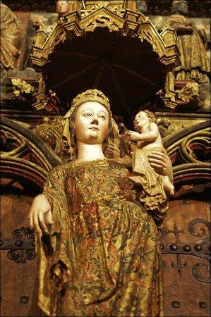 Iglesia de Santa María de los Reyes: Полихромный портал церкви (фрагмент)
