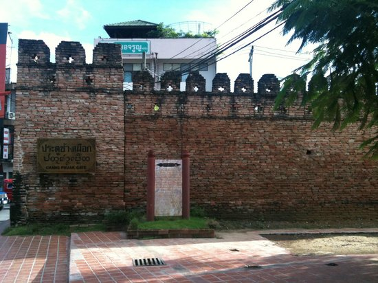 Loft Residence Chiang Mai : The gate that is not far from Loft Residence.