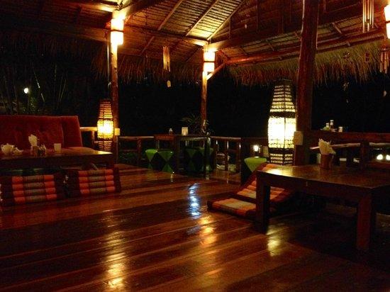 Little Eden Bungalows & Restaurant : LOVELY open air lobby & restaurant