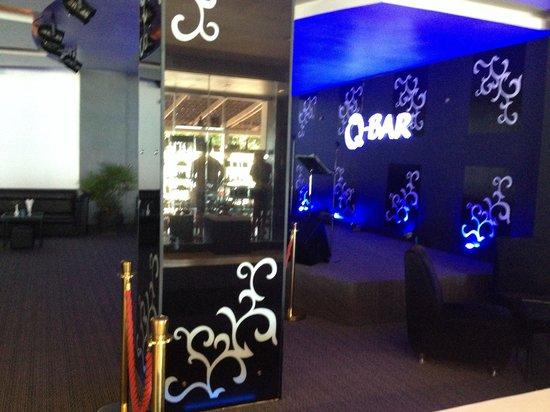 Queenco Hotel & Casino : Night bar