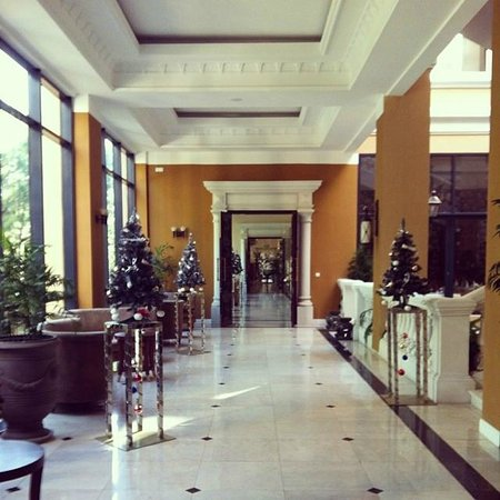 Dalat Edensee Resort & Spa: the corridor from the lobby to the restaurant