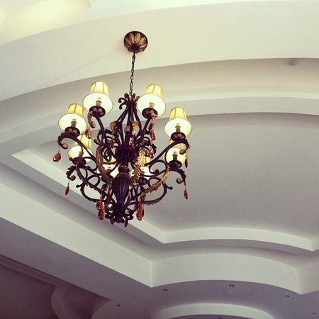 Dalat Edensee Resort & Spa: beautiful chandeliers everywhere