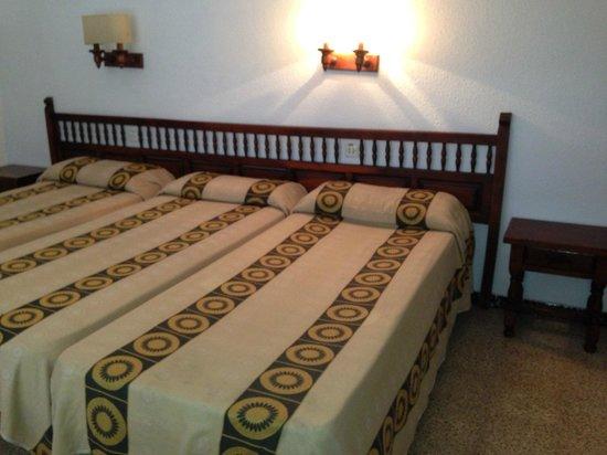 Hotel Garbi: Четырехместный номер с балконом
