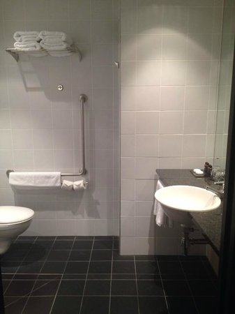 SKYCITY Hotel: Disabled access bathroom - a bit of a pain