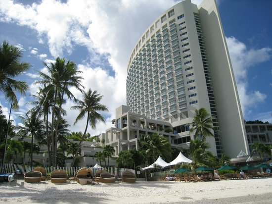 The Westin Resort Guam : ビーチからみたホテル