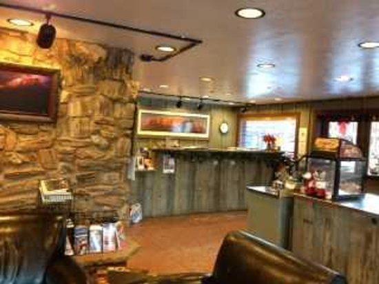 Historic Pioneer Lodge: Hotel Lobby