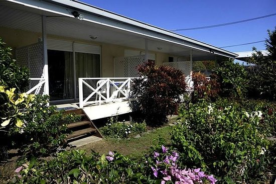 Une chambre bungalow photo de pension de la plage tahiti for Chambre 13 tahiti plage