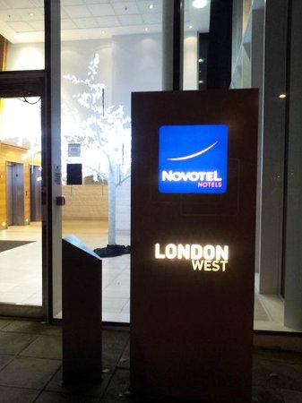 Novotel London West: uno dei due ingressi a  livello strada
