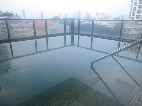 Citadines Sukhumvit 8 Bangkok: pool - not heated yet early in the morning
