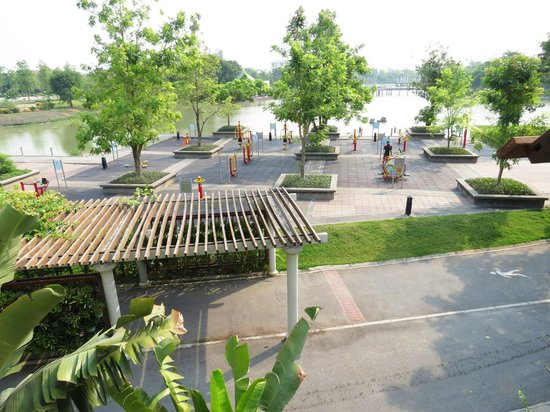 Suphan Lake Hometel: lake and playground