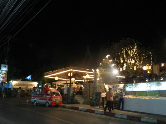 Ma-Now Restaurant: ресторан чуть справа