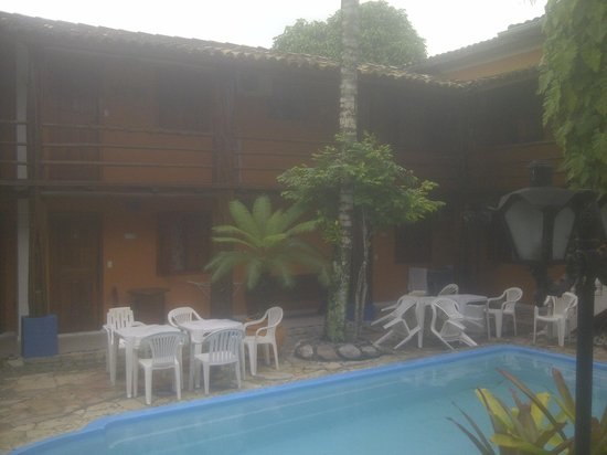 Arraial d'Ajuda Hostel: View of the rooms from the swimming pool area