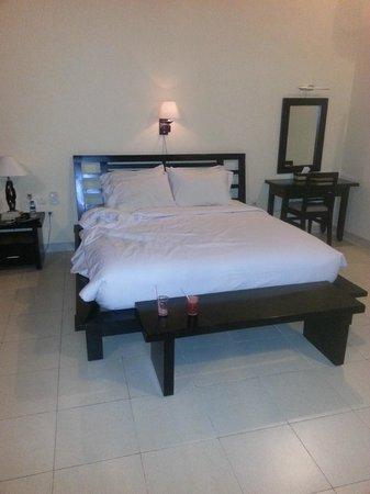 Ocean View Dive Resort Tulamben: HUGE BED!