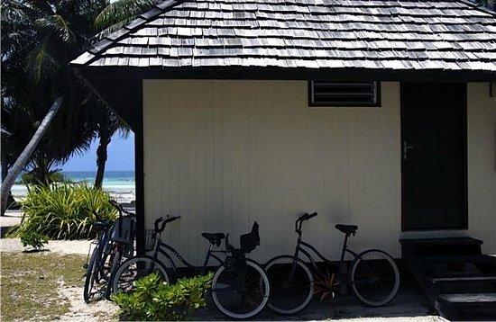 Tikehau Bed and Breakfast: Arrière du bungalow avec les vélos à disposition