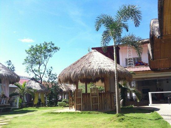 Sunz En Coron Resort: Le bar et l espcace détente sous les cabanons