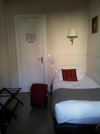 Hotel de la Porte Doree : Head of the bed right next to the corridor
