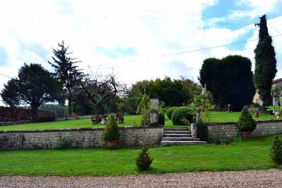Manoir La Breuille : Front garden